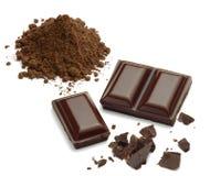 Partes do chocolate com pilha do cacau foto de stock