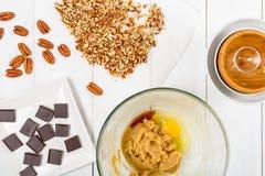 Partes do chocolate e porcas de noz-pecã escuras para a receita das cookies do chocolate da noz-pecã Imagens de Stock Royalty Free