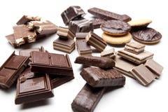Partes do chocolate em um fundo branco Fotografia de Stock Royalty Free