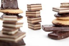 Partes do chocolate em um fundo branco Fotos de Stock