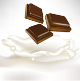 Partes do chocolate que caem no leite Imagens de Stock Royalty Free