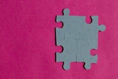 Partes do enigma de serra de vaivém no fundo cor-de-rosa brilhante Fotografia de Stock Royalty Free