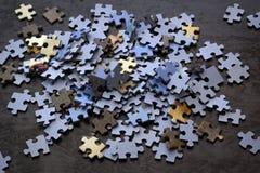 Partes do enigma em uma superfície de madeira, foto de stock