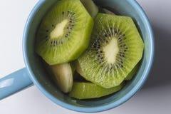 Partes do fruto de quivi em uma bacia azul Fotografia de Stock Royalty Free