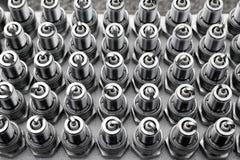 Partes do motor do teste padrão das fileiras dos plugues de faísca do carro imagem de stock royalty free