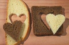 Partes do pão branco e marrom com os corações Imagens de Stock Royalty Free