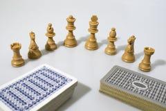Partes e cartões de xadrez em um fundo branco Foto de Stock Royalty Free
