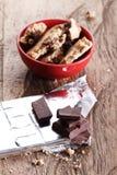 Partes e cookies do chocolate em um copo vermelho Foto de Stock Royalty Free