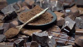 Partes escuras ou do leite do chocolate, pó de cacau e doces orgânicos da trufa no fundo concreto escuro vídeos de arquivo