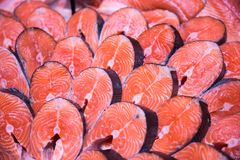 Partes frescas dos peixes salmon ou vermelhos foto de stock royalty free
