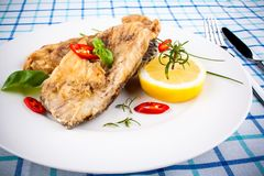 Partes fritadas dos peixes da carpa fotografia de stock