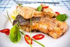 Partes fritadas dos peixes da carpa fotos de stock royalty free