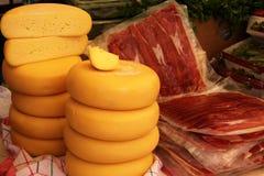Partes grandes de queijo e de presunto Foto de Stock