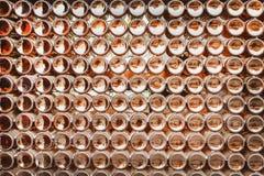Partes inferiores da textura marrom dos testes padrões do grupo das garrafas de cerveja no sumário da parede para o fundo fotos de stock royalty free