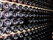 Partes inferiores das garrafas no porão da adega foto de stock royalty free