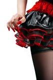 Partes inferiores fêmeas na saia preta e vermelha fotografia de stock royalty free