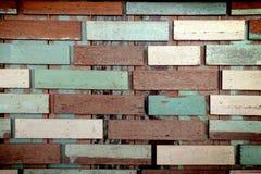 Partes pequenas de mistura de madeira colorida suja velha à parede Imagens de Stock Royalty Free