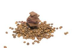 Partes quebradas de feijões do chocolate e de café Isolado Fotos de Stock Royalty Free