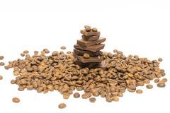 Partes quebradas de feijões do chocolate e de café Isolado Imagem de Stock