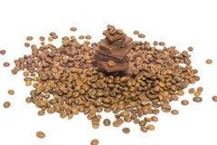 Partes quebradas de feijões do chocolate e de café Isolado Fotografia de Stock
