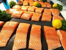Partes Salmon acima para a venda no supermercado imagem de stock royalty free