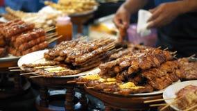 Partes suculentas de carne fritada em espetos de madeira Alimentos frescos deliciosos que encontram-se nas placas brancas, movime video estoque