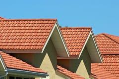Partes superiores alaranjadas do telhado Fotos de Stock