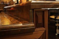Partes superiores contrárias do granito e mobília de madeira da cozinha. Fotografia de Stock