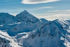 Partes superiores da montanha cobertas com a neve foto de stock