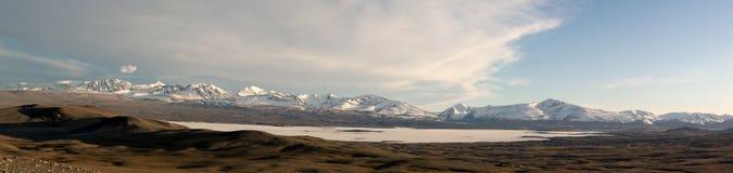Partes superiores da neve das montanhas. Mongolia fotos de stock royalty free