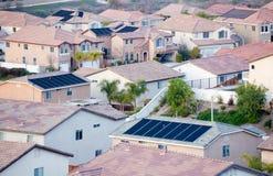 Partes superiores do telhado da vizinhança com painéis solares fotografia de stock