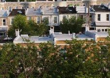 Partes superiores do telhado de Rowhouse na primavera Fotos de Stock