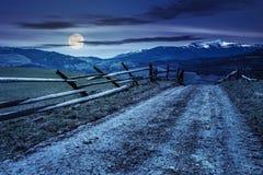 Partes superiores nevado de carpathians na mola na noite na luz de Lua cheia Imagens de Stock