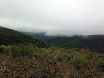 Partes superiores nevoentas da montanha Fotos de Stock