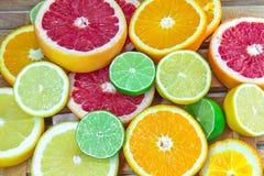 Partes tajadas frescas de diversos tipos de fruta cítrica Fotografía de archivo libre de regalías
