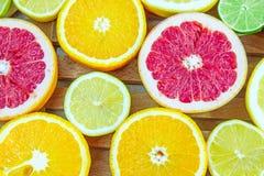 Partes tajadas frescas de diversos tipos de fruta cítrica Imágenes de archivo libres de regalías
