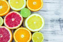Partes tajadas frescas de diversos tipos de fruta cítrica Foto de archivo libre de regalías