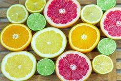 Partes tajadas frescas de diversos tipos de fruta cítrica Imagen de archivo libre de regalías