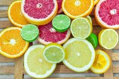 Partes tajadas frescas de diversos tipos de fruta cítrica Fotografía de archivo