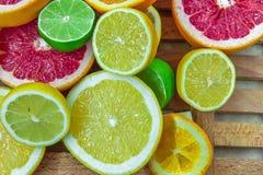 Partes tajadas frescas de diversos tipos de fruta cítrica Fotos de archivo libres de regalías