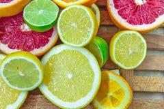Partes tajadas frescas de diversos tipos de fruta cítrica Foto de archivo