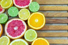 Partes tajadas frescas de diversos tipos de fruta cítrica Fotos de archivo