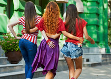 Partes traseiras das meninas na rua da cidade Fotos de Stock Royalty Free
