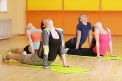 Partes traseiras de dobra no aerobics do grupo Foto de Stock