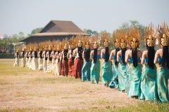 Partes traseiras dos dançarinos de Isaan da fileira Imagens de Stock
