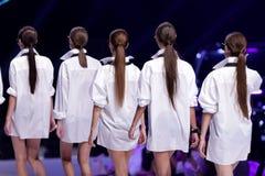 Partes traseiras fêmeas dos modelos de Sofia Fashion Week fotografia de stock