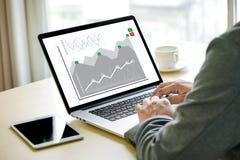 Partes y cliente Marketin de los ingresos del aumento de las ventas del hombre de negocios Imagen de archivo libre de regalías
