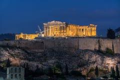 Parthenon με τα φω'τα στο σούρουπο στοκ εικόνες