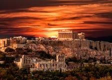 Parthenon, acrópolis de Atenas, debajo del cielo dramático de la puesta del sol de Gre foto de archivo
