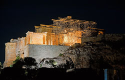 Parthenon am Akropolis-Hügel, Athen, Griechenland nachts Stockfotos